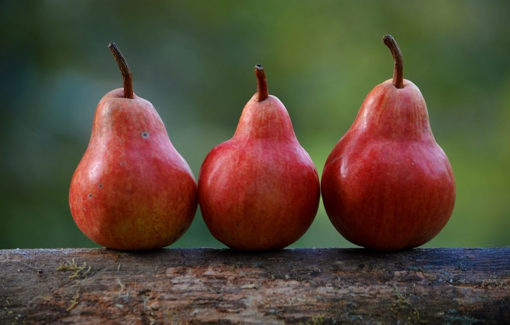 Drei rote Birnen.