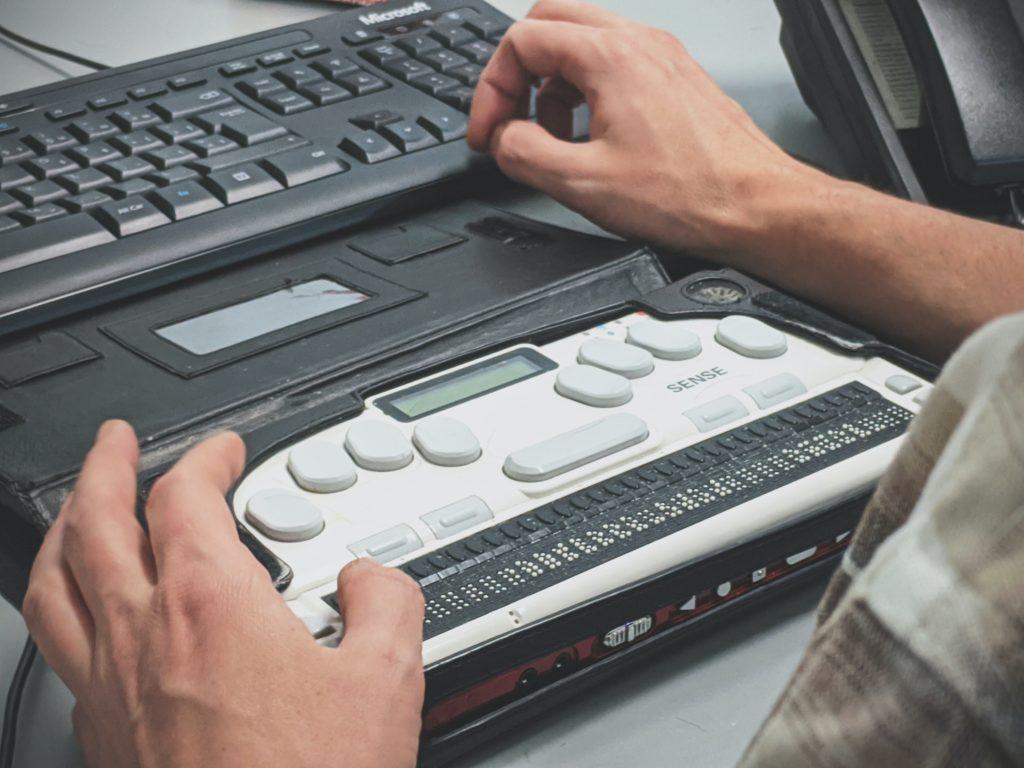 Braillezeile an einem Computer