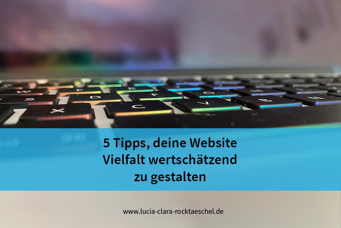 Text auf einer blauen Bauchbinde: 5 Tipps, deine Website Vielfalt wertschätzend zu gestalten. Hintergrundbild: Laptop-Tastatur mit regenbogenfarbener Beleuchtung.