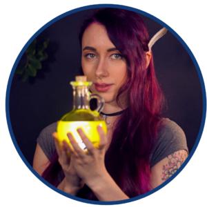 Foto von Mia Gries, die eine Glaslampe in der Hand hält.
