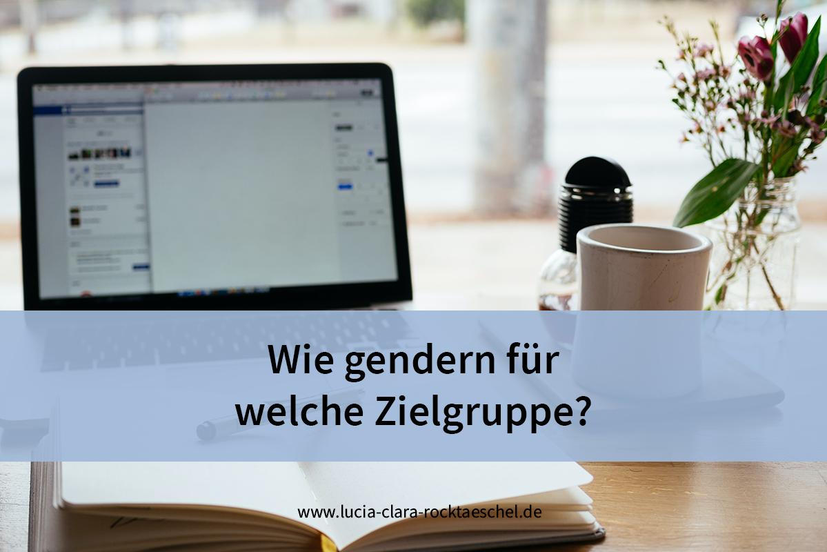 """Der Titel """"Wie gendern für welche Zielgruppe?"""" steht in schwarzer Schrift auf einer hellblauen Bauchbinde. Das Hintergrundbild zeigt einen aufgeklappten Laptop mit einem aufgeschlagenen Blanko-Notizbuch davor auf einem Tisch. Daneben stehen eine Tasse Kaffee und eine Vase mit pinkfarbenen Blumen."""
